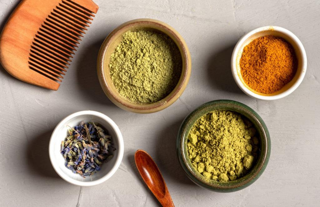 Des ingrédients de soin pour les cheveux : poudre de henné, de curcuma et de neem.