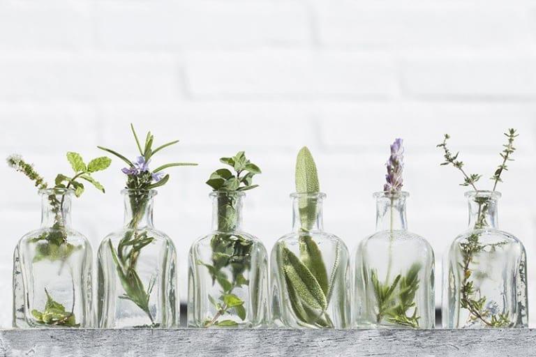 Les bienfaits des huiles essentielles pures dans les produits d'entretien biologiques