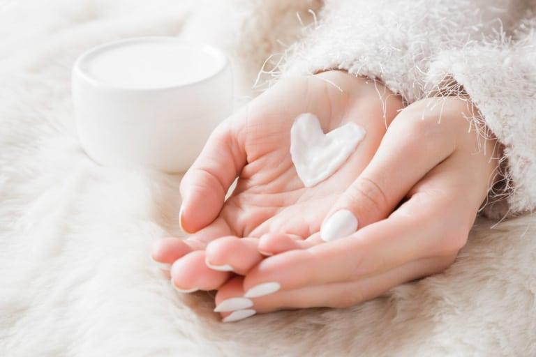 main avec crème en forme de coeur. routine anti déprime hivernale avec produits écolabellisés